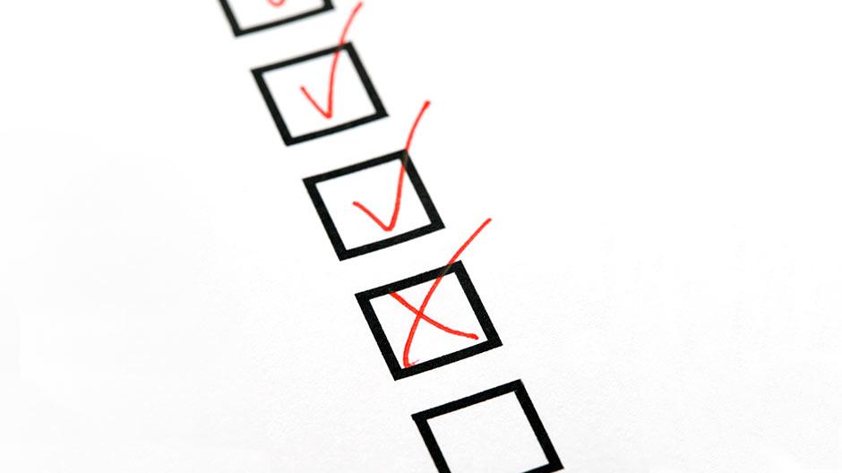 checklist met vinkjes en een kruis