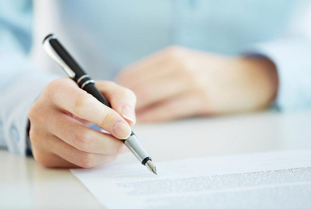Hand writing contract resembling huurovereenkomst en opleverrapport om woning zelf te verhuren Smartletting